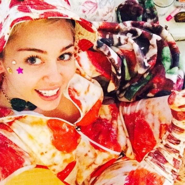 Miley Cyrus nemcsak fogyasztja, de viseli is... :D