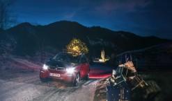 A BMW képeslapja a villanyautójuk többféle felhasználási módját reprezentálja. Az i3-as amellett, hogy megbirkózik a csúszós úttal, még a karácsonyfa izzóit is működtetni tudja egy kis plusz energiával